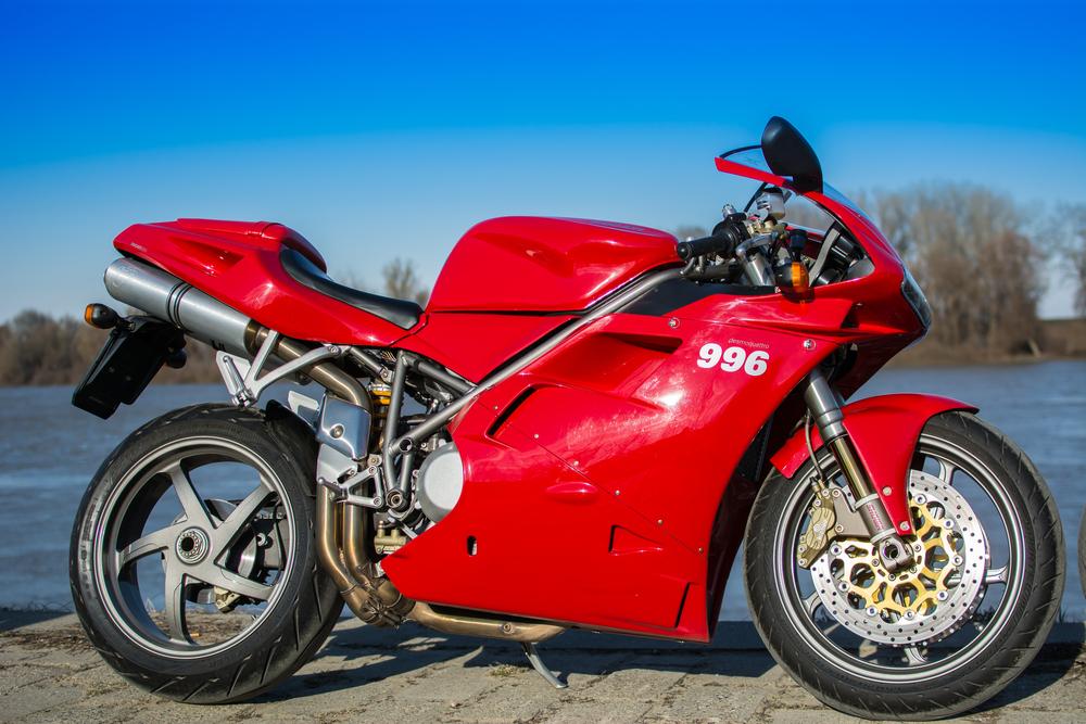 來自波隆那的知名車廠 Ducati 經典 9 系列車款,採用各式複合材料減輕車體重量與流線型整流罩。